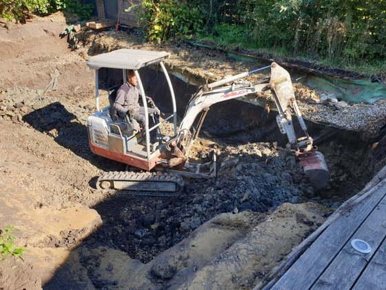Ausbaggern der alten Teichgrube und Entsorgung