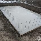 Frisch betonierte Bodenplatte